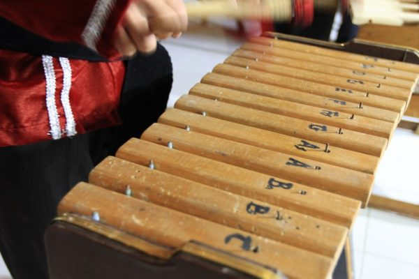 Cara Memainkan Alat Musik Sulawesi Utara