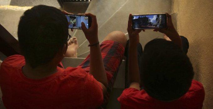 Arsip 2019 - dua anak India bermain game PUBG di ponsel