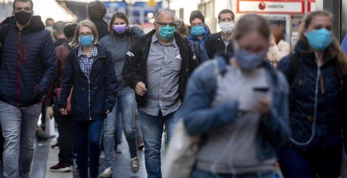 Penumpang kereta di Jerman menggunakan masker, apakah mereka bersedia jika aplikasi pelacak covid-19 diterapkan di eropa