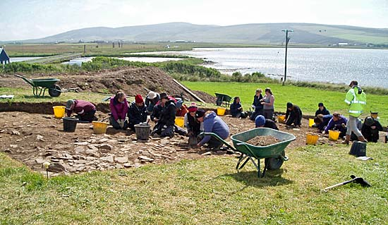 Trench T takes shape with teh UHI students and the newly arrives Willamettes. The Standing Stones of Stenness are visible in the background, on the other side of the Brig o' Brodgar.