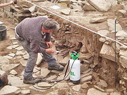 Jim carefully disentangles the layers in the baulk across Structure Twelve before final drawing.