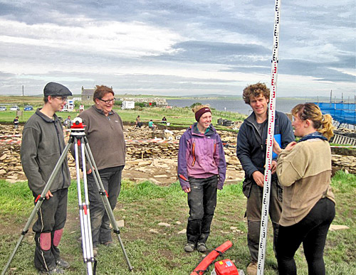 Dan instructs UHI students in the ways of levelling.