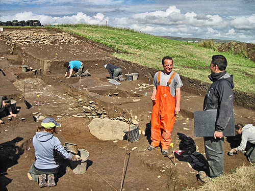 What a difference a few hours make. Trench T supervisors Dave and Ben have discussions, this afternoon, in brilliant sunshine.