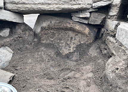 The quern/basin begins to appear at the rear of the annex/alcove outside Structure Twelve's eastern entrance. (Sigurd Towrie)