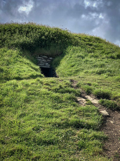 Approaching the Cuween chambered cairn. (Sigurd Towrie)
