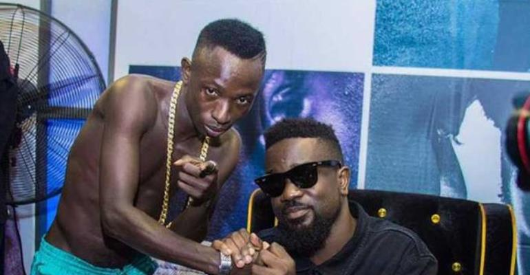 Video: Fans mad at Patapaa's studio vibes