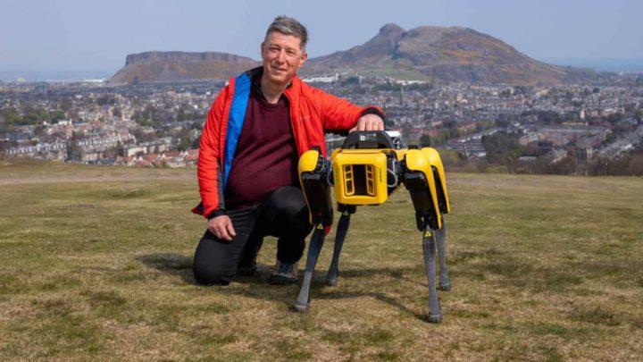 El profesor Yvan Petillot y el perro robot