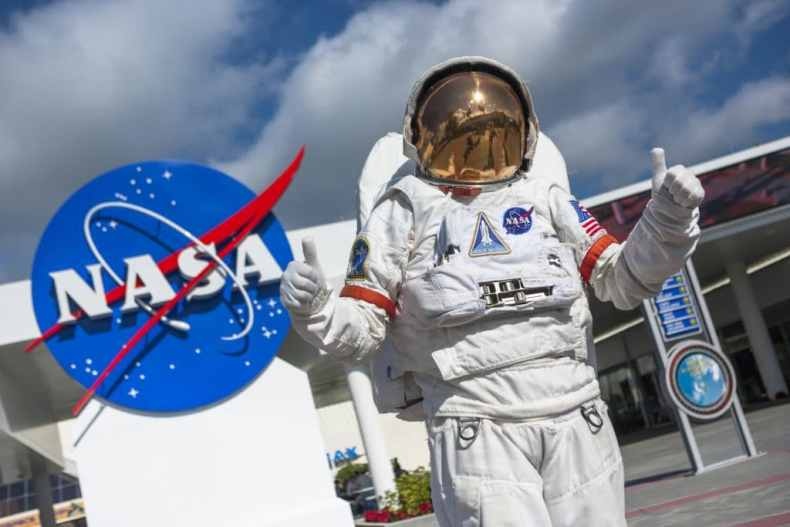 La imagen muestra a un astronauta de la NASA, que podría beneficiarse después de que el Senado apruebe una propuesta de 250 mil millones de dólares para investigación científica.