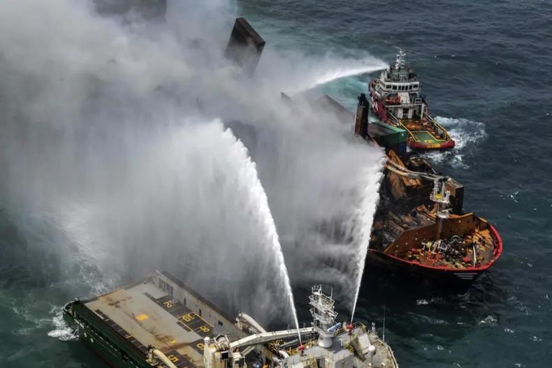 El fuego de un barco esparce nieve plástica
