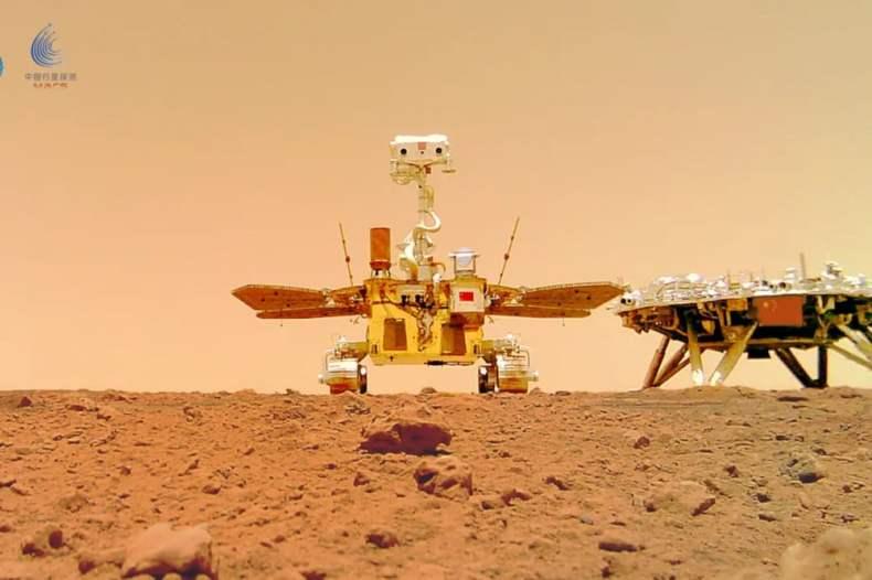 Zhurong y el módulo de aterrizaje que lo llevó a la superficie de Marte.  Imagen: CNSA