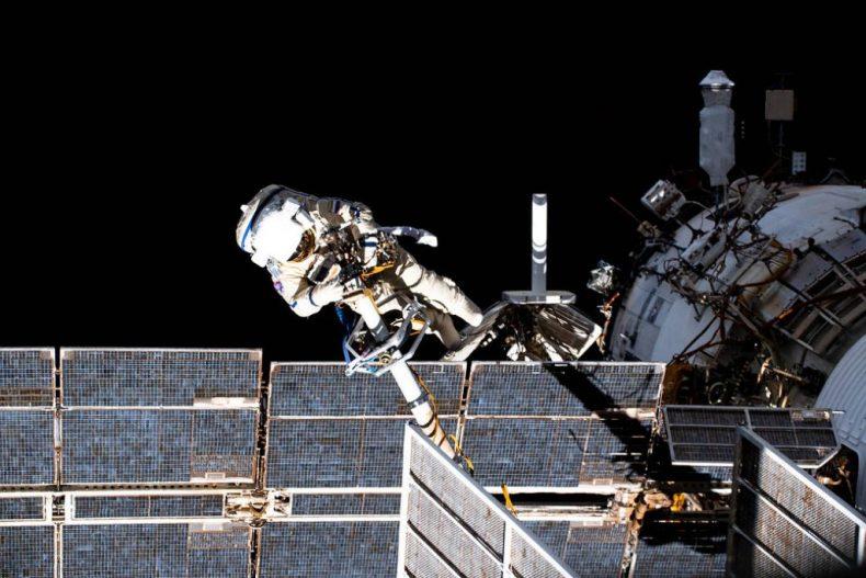 Los cosmonautas siguen buscando una fuga en el