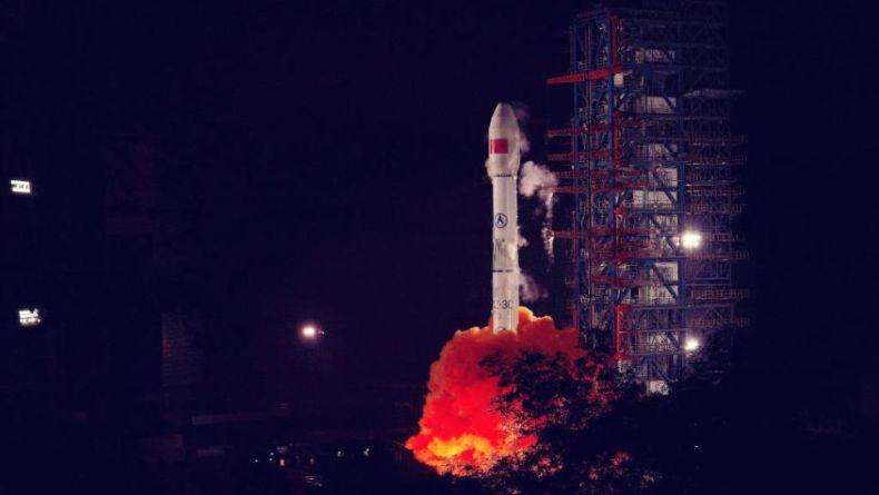 La foto muestra el lanzamiento de un cohete en un ambiente nocturno.  China lanzó tres misiones en los últimos cuatro días