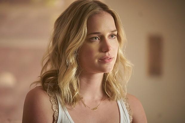 """Qui est Elizabeth Lail, la """"partenaire"""" de Penn Badgley dans la série YOU ? (Netflix)"""