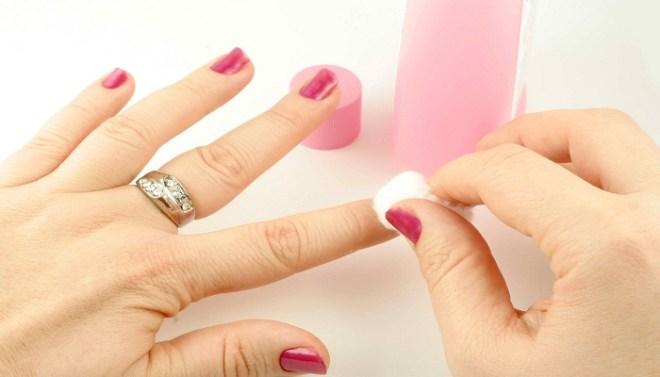 Remove-Nail-Polish-with-sponge-Netmarkers