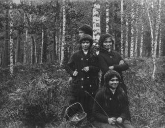 Pierre Gilliard (1879-1962), Olga, Tatjana, Maria and Anastasia Nikolaievna. Biolévjé Woods, Autumn 1913. © Musée de l'Elysée, Lausanne.