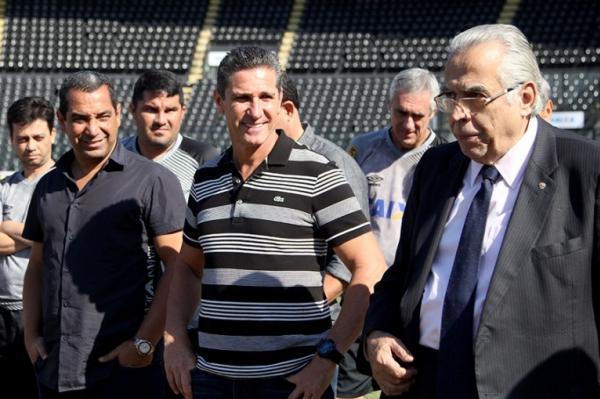 Zinho e Jorginho sendo apresentados pelo presidente Eurico Miranda