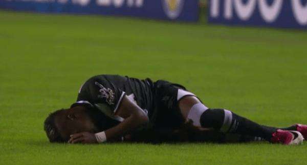 Kelvin fica caído no gramado após lesão contra o Corinthians