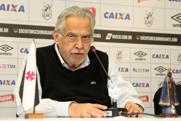 Eurico Miranda em coletiva: elenco do Vasco não deve mais sofrer mudanças neste ano