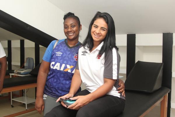 Funcionária Vanessa e nadadora Camille Rodrigues