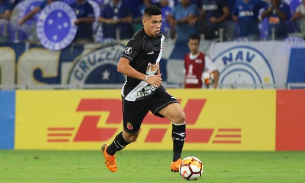 Paulinho em ação contra o Cruzeiro no Mineirão