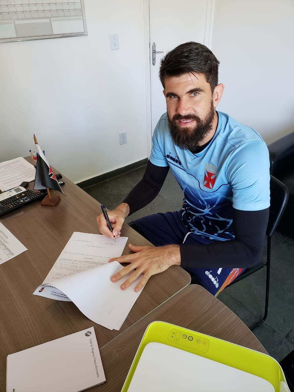 Fernando Miguel assina sua renovação de contrato com o Vasco