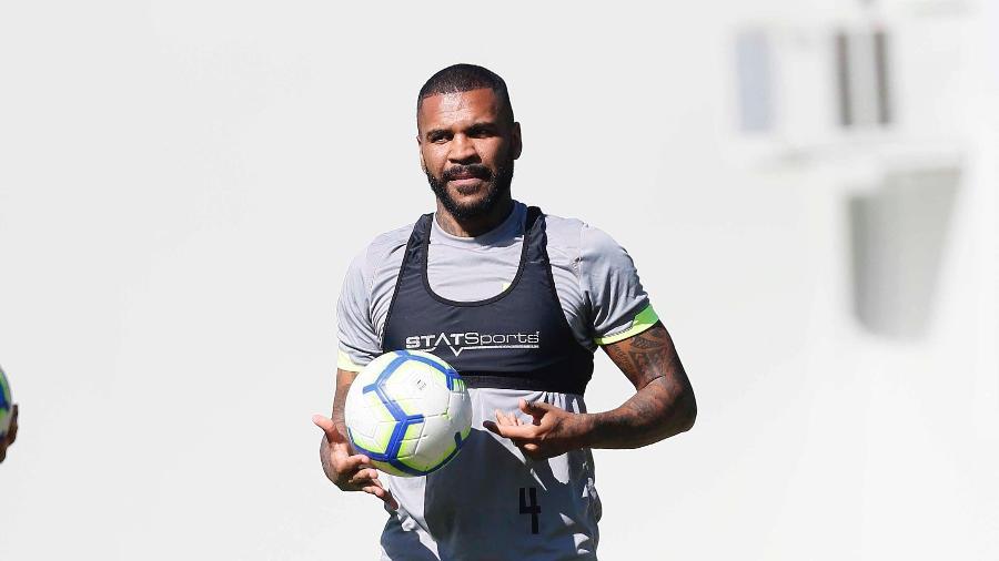 Zagueiro Breno tem participado dos jogos-treinos do Vasco e possui chances de ser relacionado neste domingo contra o CSA