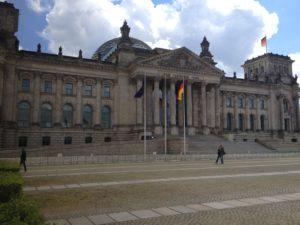 Merkel und Schulz wollen Rüstungsausgaben halbieren um weltweite Hungersnot zu bekämpfen