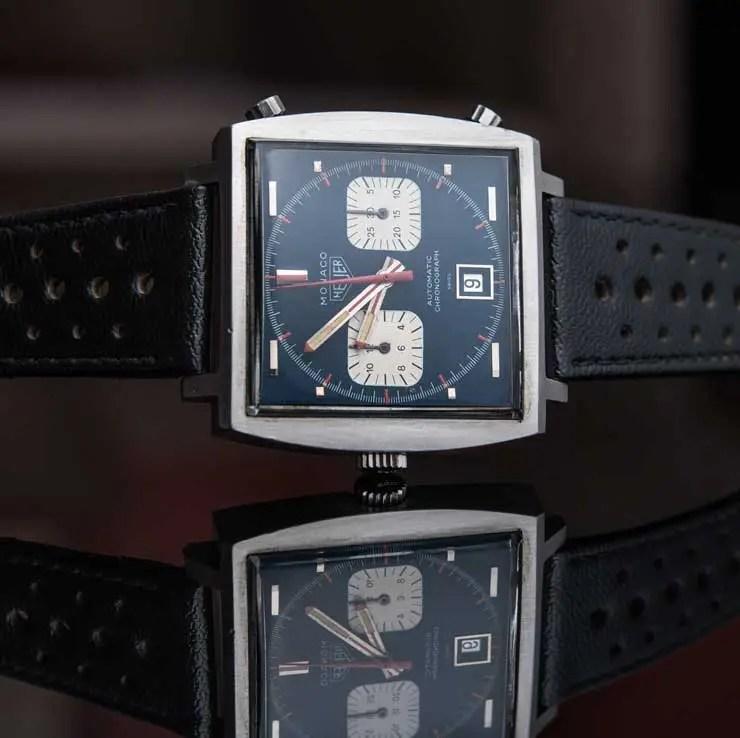 New York, New York – Am 12. Dezember 2020 kam bei der Philips-Uhrenauktion «RACING PULSE» in New York die letzte bekannte Heuer Monaco für die Rekordsumme von USD 2'208'000 unter den Hammer. Die Uhr zierte bei den Dreharbeiten zum legendären Film «Le Mans» (1973) das Handgelenk von Steve McQueen. Dieser Zeitmesser ist die wichtigste Armbanduhr von Heuer und eine der berühmtesten Uhren des 20. Jahrhunderts. Die unter Los 20 angebotene Heuer Monaco war einer der unbestrittenen Stars der Auktion, die aus New York per Livestream übertragen wurde. Das Eröffnungsgebot für die Armbanduhr, die als «Schätzung auf Anfrage» im Katalog gelistet war, lag bei USD 200'000. Nach einem 7-minütigen Bieterwettstreit ging die Uhr schliesslich für USD 1'800'000 – vor der Käuferprovision - in den Besitz eines Online-Bieters. Damit erzielte die Uhr das höchste Gebot, das je bei einer Auktion für eine Heuer abgegeben wurde, und ist damit die teuerste Heuer Armbanduhr, die jemals verkauft wurde. Eine Rekordzahl an Online-Teilnehmenden und Uhrenliebhabern verfolgten auf der ganzen Welt diesen historischen Moment live im Internet und am Telefon. Frédéric Arnault, CEO von TAG Heuer: «Steve McQueen und seine Heuer Monaco stehen nicht nur für einen der berühmtesten und besonders stilbildenden Zeitmesser des vergangenen Jahrhunderts, sondern hatten auch einen prägenden Einfluss auf die Kultur von TAG Heuer. Wir sind beeindruckt von der Begeisterung unter den Uhrenliebhabern im Vorfeld der Auktion. Das Rekordergebnis belegt die historische Bedeutung dieses Zeitmessers von Heuer und der damit begründeten Tradition.» Paul Boutros, Head of Americas für Phillips-Uhren und Senior Vice President: «Für uns war es eine grosse Ehre, von Haig Alltounian mit dem Verkauf dieser Heuer Monaco betraut zu werden. Bei Sammlern und Uhrenliebhabern auf der ganzen Welt haben wir enormes Interesse geweckt, und angesichts der Rekordsumme sind wir natürlich hoch erfreut. Dieser bedeutsame Zeitmesser wird stets mit dem R