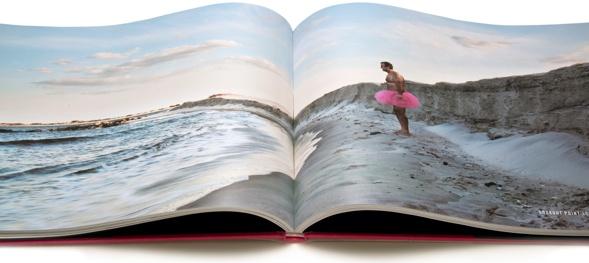 Bekannte Motive mit undeutlichen Einstellungen vereint unter einem eindeutigen Thema: ein Mann in seinem rosa Ballettröckchen, der sonst alles feilbietet zur Unterstützung seiner Frau Linda und von Brustkrebs geplagten Frauen.