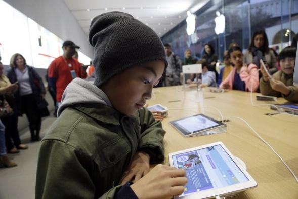 Der 10-jährige Tyson Navarro lernt kodieren auf einem iPad in einem Apple Laden in Stanford, Kalifornien. Foto: Marcio Jose Sanchez / AP.