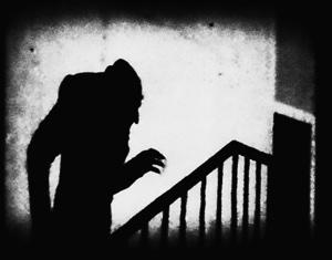 Graf Orlok eine Treppe hinauf steigend