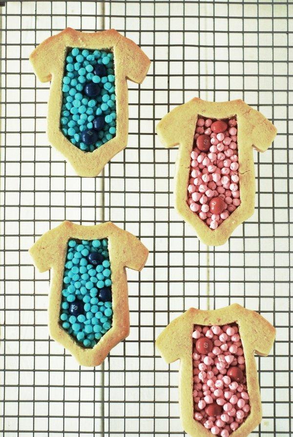 mettre les bonbons dans le gateau