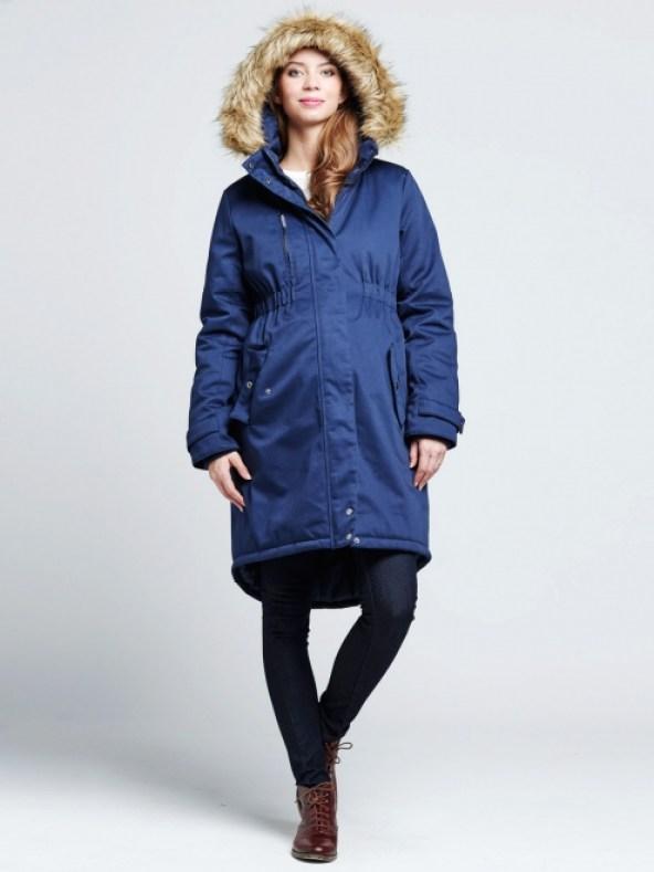 """Style parka, ce manteau arrive jusqu'à genoux. Avec sa capuche remplie de fourrure, il vous tiendra bien chaud ! Sa taille marquée met bien en valeur votre ventre de future maman. Manteau """"Becky"""" de Mamalicious. 119 euros 95."""