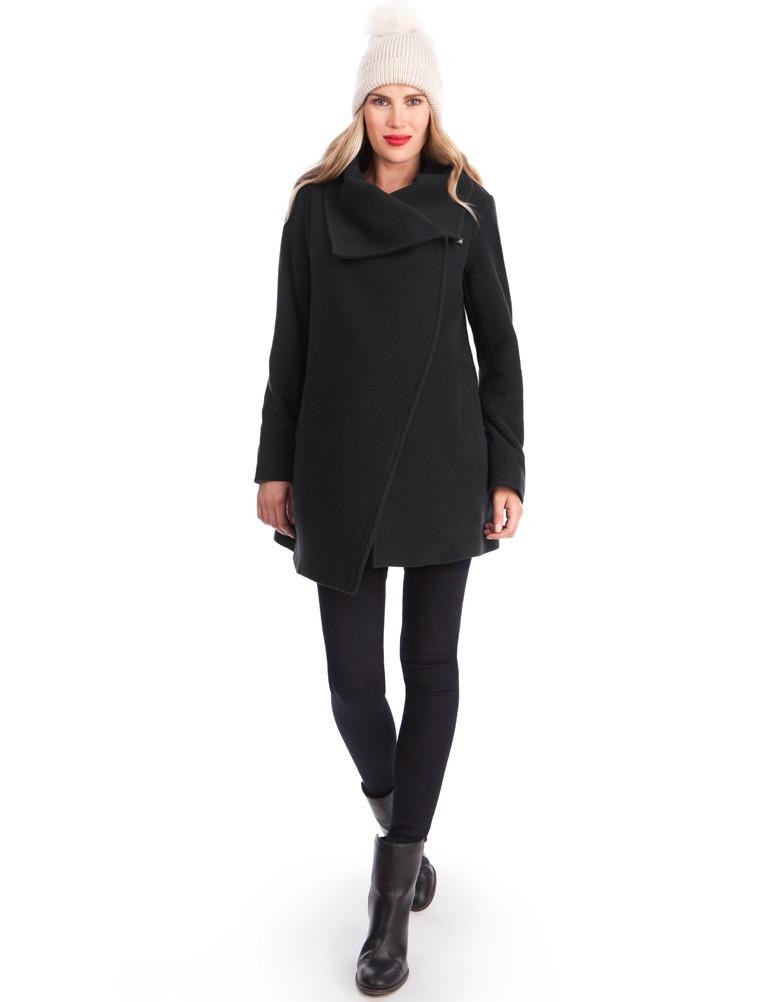 Ce manteau en laine et cachemire est entièrement doublé. Il vous gardera bien au chaud ! Tandis que son large col asymétrique donne un rendu chic et élégant. Ce manteau moderne est parfait pour vous accompagner tout le long de votre grossesse. Manteau Séraphine. 165 euros.