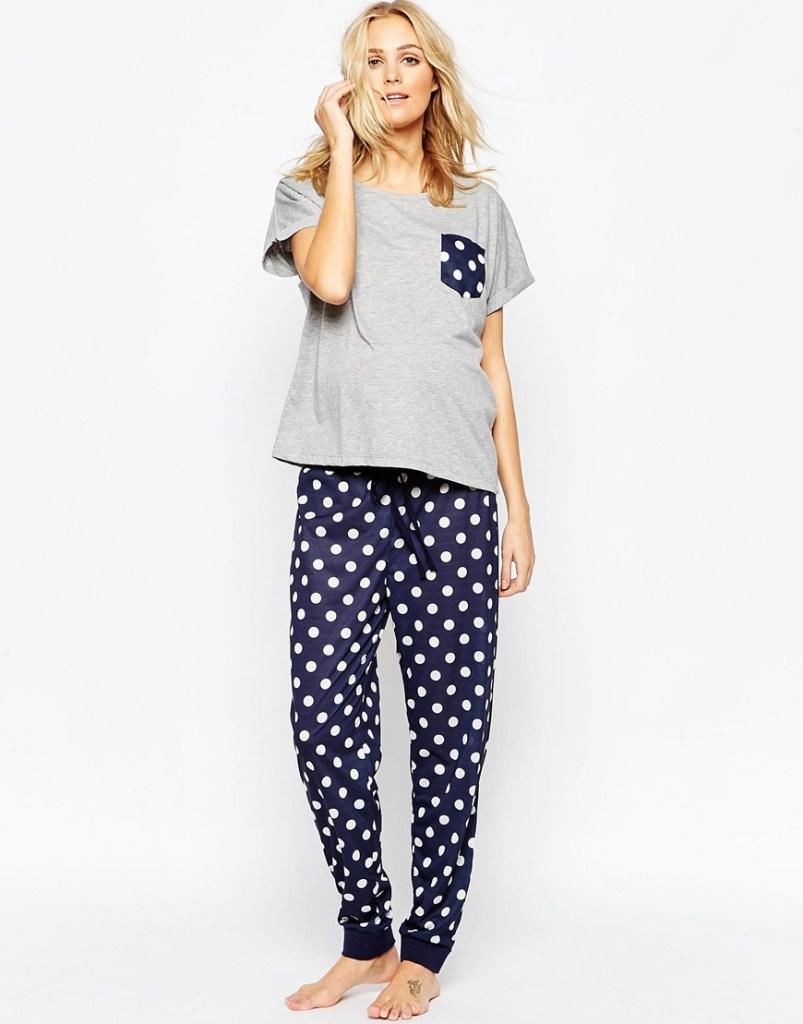 Composé d'un t-shirt doux et d'un pantalon à pois élastique, ce pyjama rend vos nuits de grossesse plus agréables. Pyjama Asos Maternity. 33 euros 99.