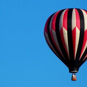 Une montgolfière qui monte et qui descend en fonction des vents