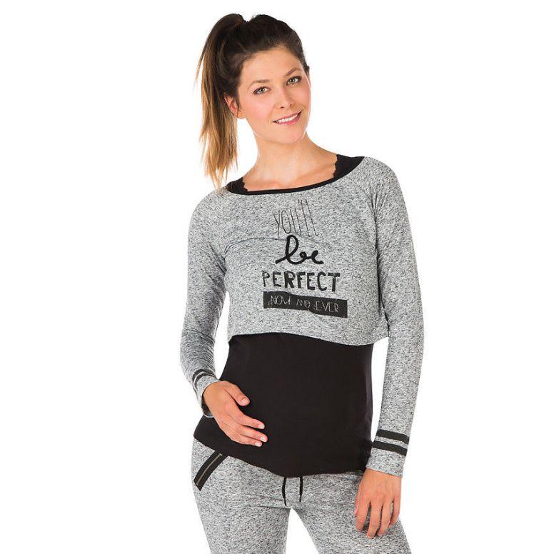 On est à la mode et sportswear avec ce crop top confortable à porter par-dessus un débardeur pour passer du temps à la maison ou faire un peu de sport. Sweat court de grossesse avec inscriptions printées, Orchestra, 29,95 euros.