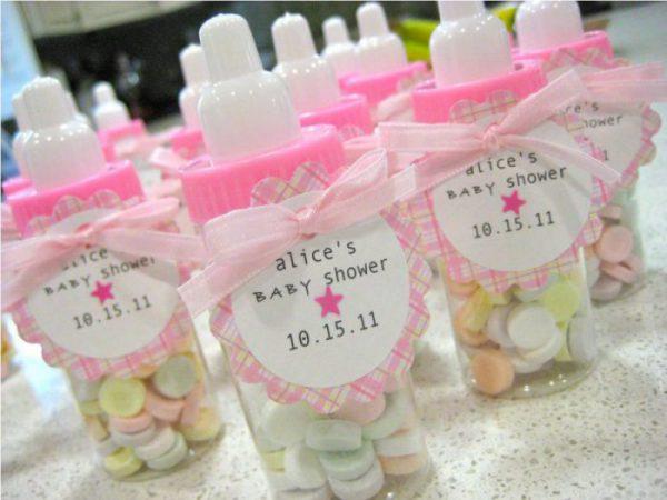 Accueillez vos invitées avec de mignons petits biberons remplis de bonbons pastel. Cela fera un chouette souvenir sucré à précieusement conserver...ou à dévorer avec les plus petits !