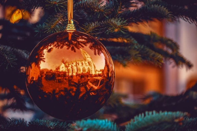 Weihnachtskugel am Baum