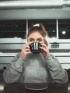 Frau mit Kaffeetasse in einer Küche