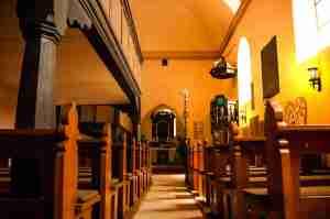 St. Matthaeus Innenraum im Sonnenlicht kirche