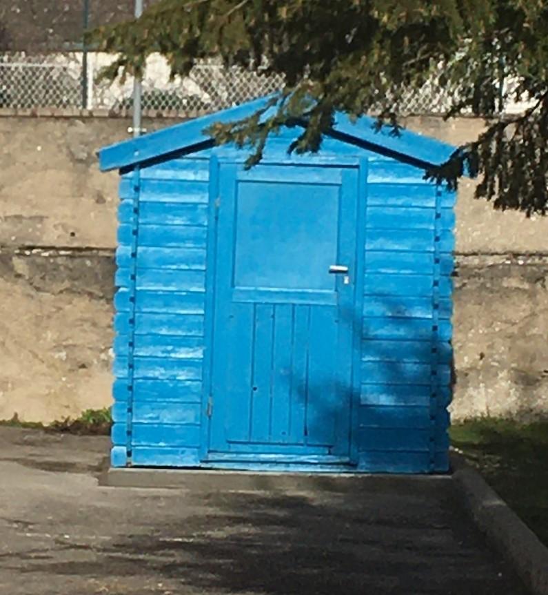Le petit chalet bleu de l'école de Crimolois…
