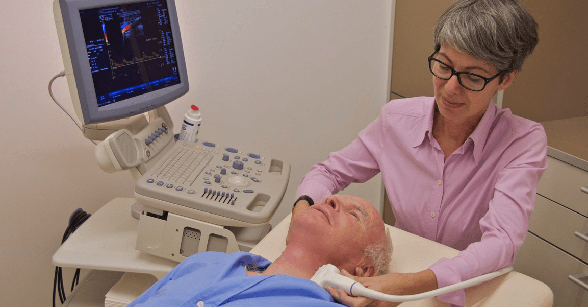 Dr. Michaela Gleußner beim Carotis-Gefäßultraschall