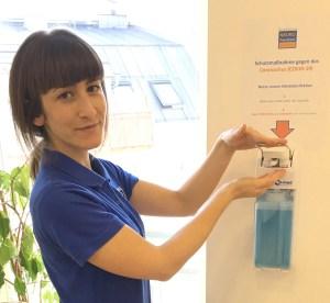 Marleen Kempkes an der neuen Händedesinfektionsstation
