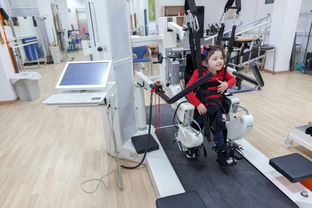 Niña con parálisis cerebral en una sesión de rehabilitación con el Robot Lokomat