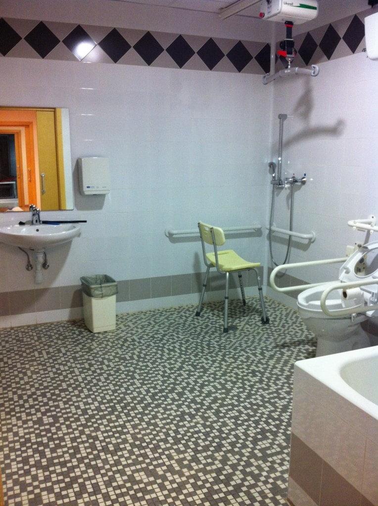 Imagen del baño adaptado del piso domótico