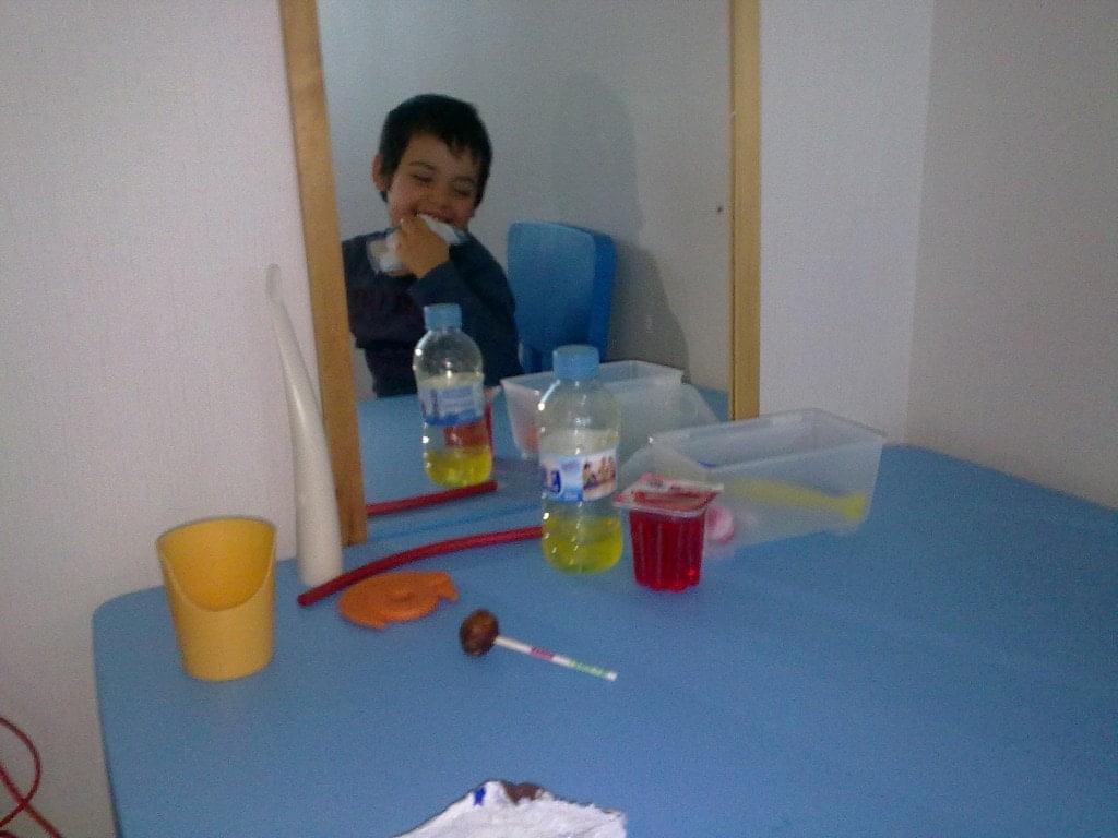 Paciente del Servicio de Neurorrehabilitación Pediátrica en una de sus sesiones de Logopedia