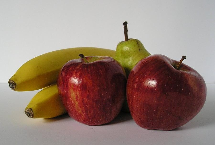 Estos plátanos y manzanas son ejemplos que representan las consistencias mixtas en Disfagia