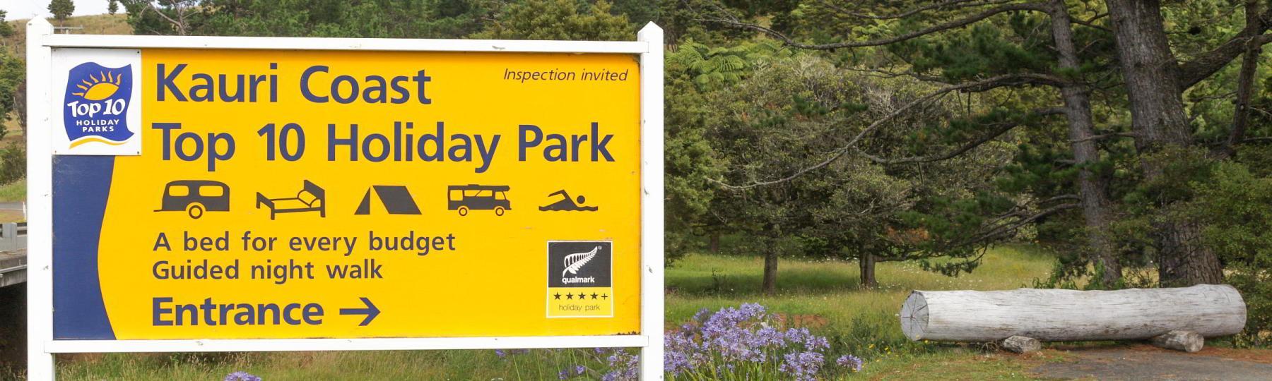 Schild zum Campingplatz Kauri Coast