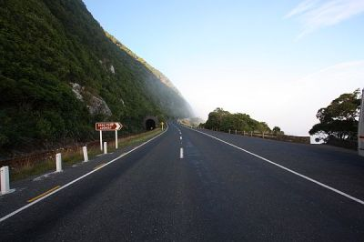Links die Bahnstrecke - in dert Mitte die Straße - rechts der Pazifik